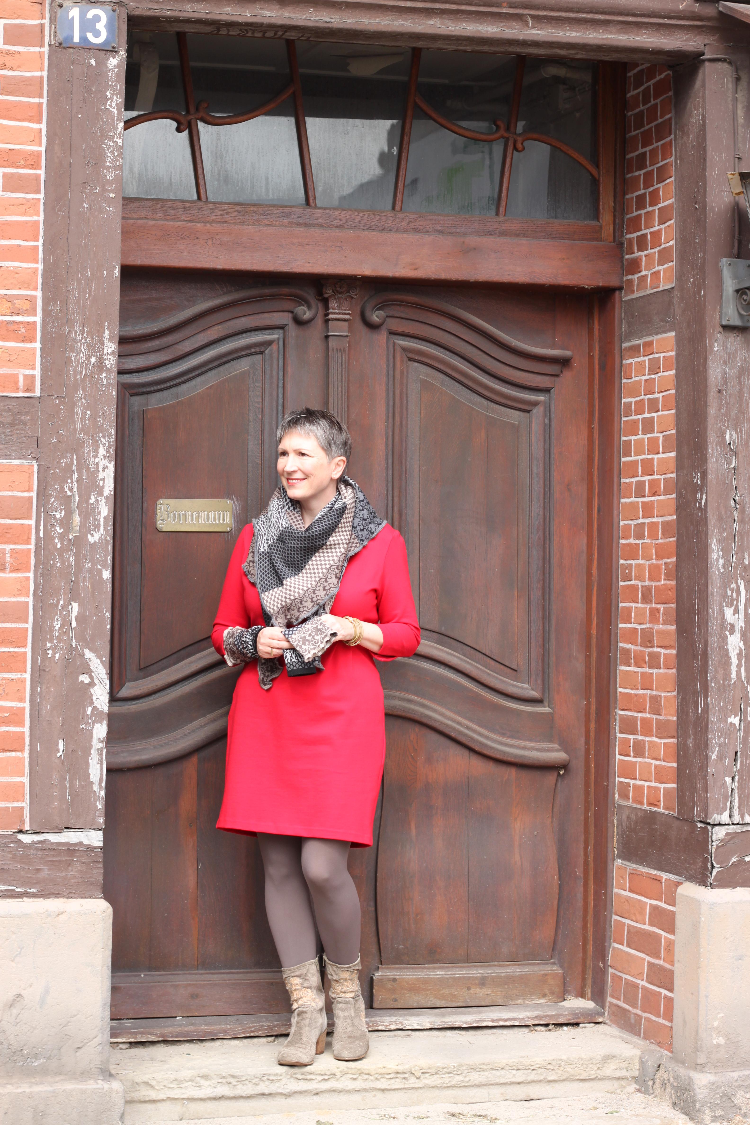 """Ines Meyrose - Outfit ü40 Blogger - Variationen zum Binden eines Dreieckstuchs mit invero Dreieckstuch """"Joy"""" und Stulpen """"Coco"""" Mustermix """"Herbst""""- rotes Kleid aus Pontéjersey mit 3/4-Ärmeln Lands`End - Leggings nur die - Stiefel - Paul Barrit - Armband Sence Copenhagen"""