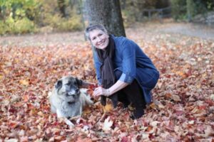 Ines Meyrose mit Bürohund Paul